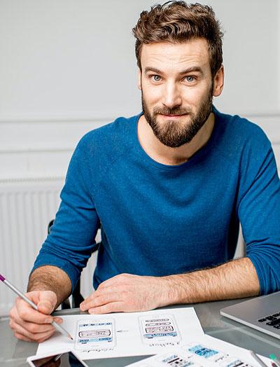 El hombre que escribe en papel