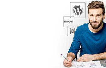Hombre escribiendo en una hoja de papel y el logo de WordPress / Drupal